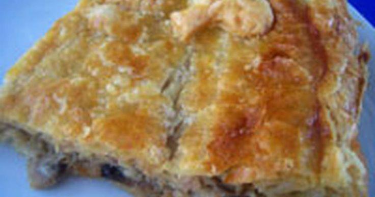 Εξαιρετική συνταγή για Μανιταρόπιτα. Σα τη δοκιμάσετε θα σας μείνει αξέχαστη! Λίγα μυστικά ακόμα Καλύτερα να χρησιμοποιήσετε ένα κίτρινο τυρί που λιώνει εύκολα.