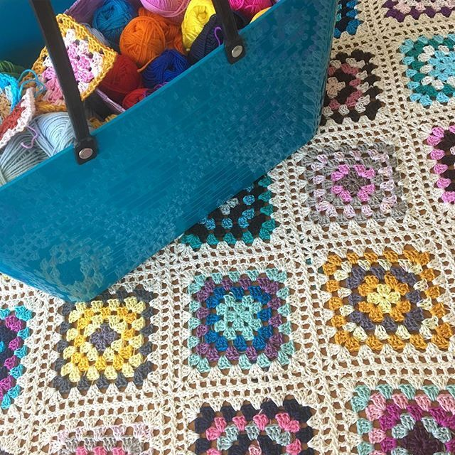 Time to add some squares 💃🏻 . Dags att virka ihop några fler rutor 💃🏻 Den perfekta projektväskan är en Perstorp Classic (stor) från @favoritgarner 💗 . #mijocrochet #favoritgarner #perstorpdesign #perstorpväska #scheepjes #scheepjescatona #scheepjescotton8 #grannysquare #mormorsrutor #crochetblanket #virkadfilt