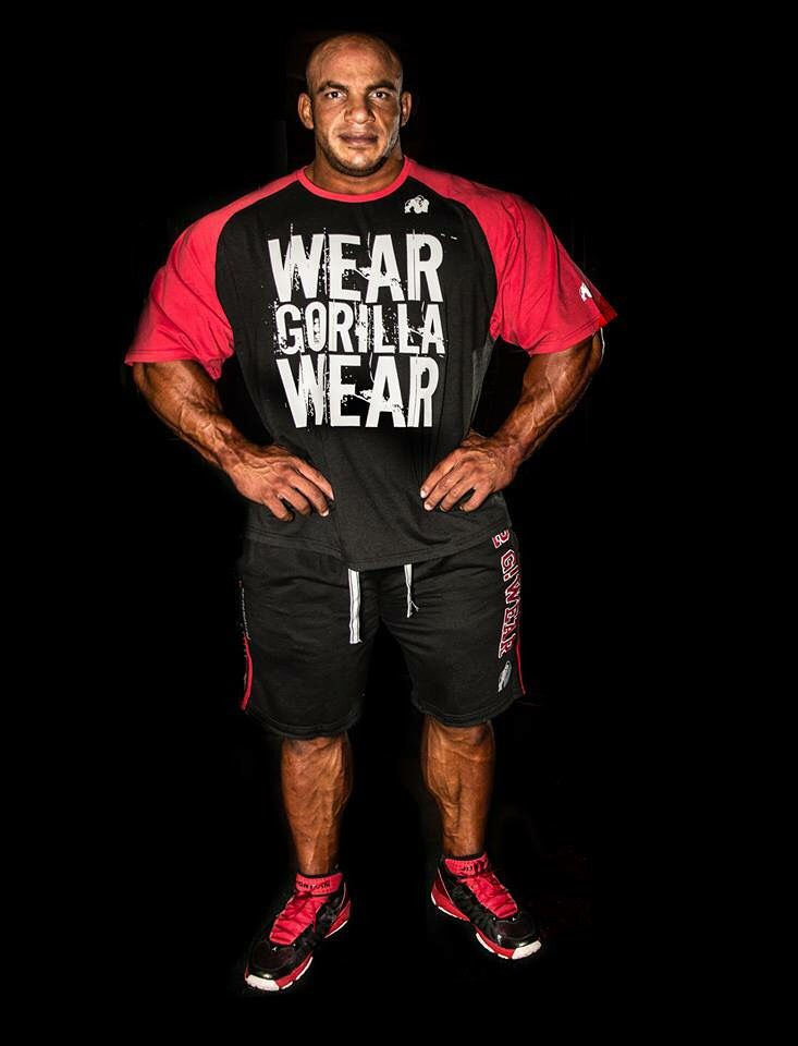 Gorilla Wear Athlete IFBB pro Big Ramy is wearing the Colorado Oversized T-shirt black/red with 82 Sweat Shorts black/red. Also available in black/gray.