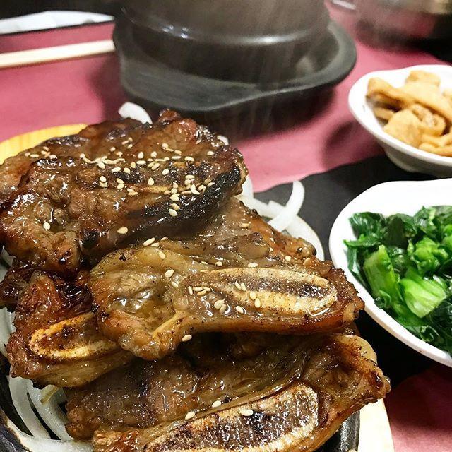 体力が無い時こそ肉🍖🍖🍖 南サンフランシスコにある、Mom's Tofu Houseという韓国料理のお店は、とてもアットホーム。骨つきカルビはタレがマリネしてあるタイプで美味しい😋👍 でも結構一番のオススメは、豆腐チゲ! #サンフランシスコ #海外生活 #アメリカ生活 #アメリカ旅行 #韓国料理 #骨つきカルビ #肉 #カルビ  #sanfrancisco #southsanfrancisco #koreanfood  #momstofuhouse #shortribs #kalbi