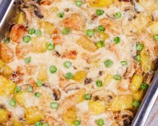 Gratin express aux restes de poulet, petits pois et carottes : http://www.fourchette-et-bikini.fr/recettes/recettes-minceur/gratin-express-aux-restes-de-poulet-petits-pois-et-carottes.html