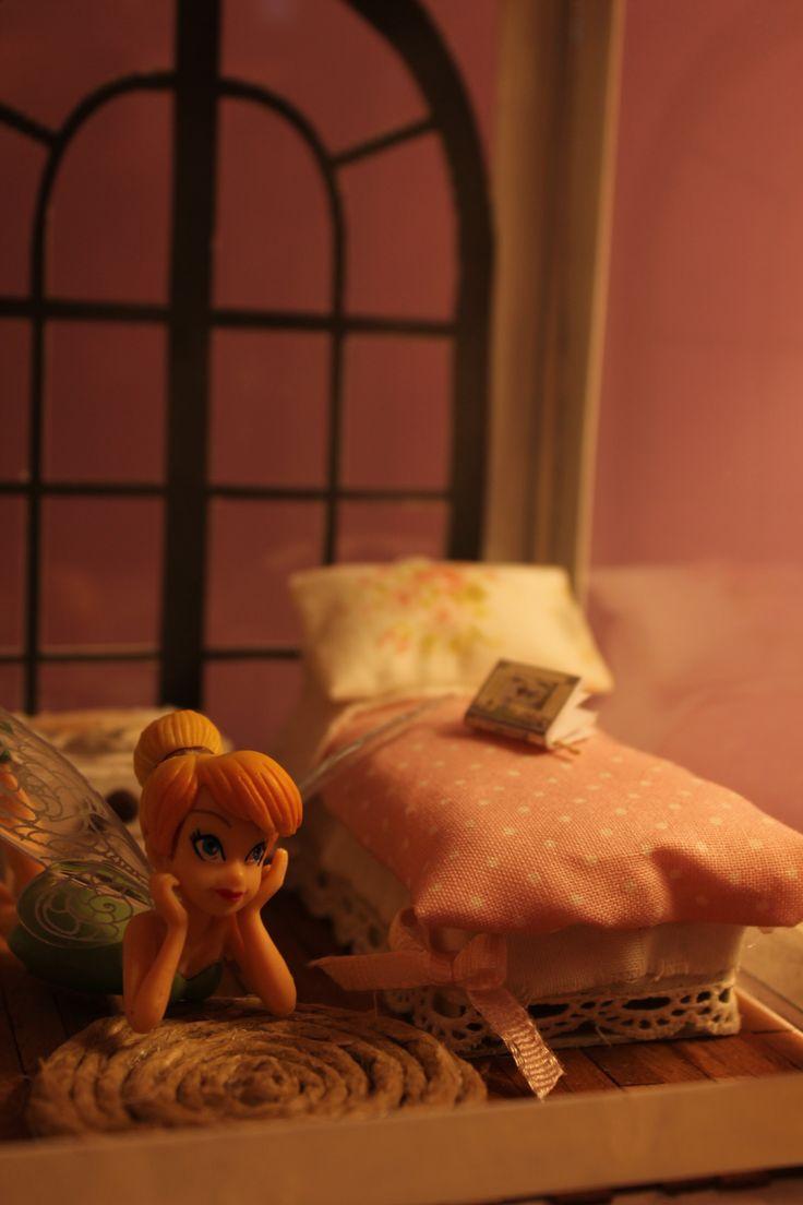 una vecchia lanterna dell' ikea trasformata in casa di fata.i mobili sono fatti con cartone riciclato e ritagli di stoffa- il tappeto fatto con un disco di cartone e sopra con un po' di colla a caldo una corda spago.i libri ho stampato le miniature delle case delle bambole