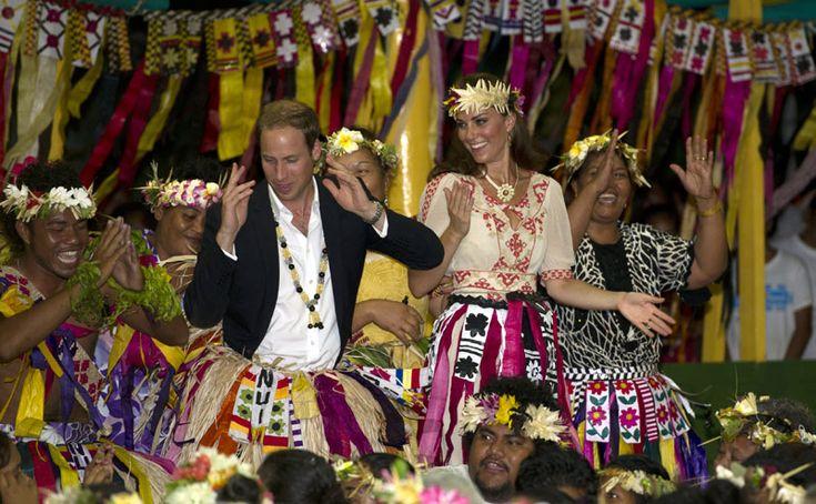 En septiembre de 2012, la pareja hizo un viaje oficial Asia Pacífico en el que demostró que como buenos Windsor no dudan en mover las caderas y unirse a las danzas tradicionales, como esta en Tuvalu, un país insular perteneciente a la región de la Polinesia