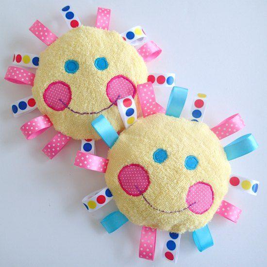 Kijk wat ik gevonden heb op Freubelweb.nl: knuffel- of speelzonnetje voor de baby! http://www.freubelweb.nl/freubel-zelf/zelf-maken-met-stof-en-lintjes-zon/