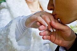 ТОП10 способов запечатлеть свадебный маникюр на фото!  1. Классика – руки невесты поверх букета  2. Фото нежного объятия пальцами одного цветка  3.Невеста элегантно держит бокал с шампанским  4.Рука невесты поверх руки жениха.   5.Руки в боки – для невест с хорошей талией  6. Ручка невесты – на плече жениха   7. Просто рука в кадре максимум подробностей.  8. Руки невесты уложенны поверх свадебного платья   9.Жених целует руку невесты  10.Жених одевает кольцо на палец невесте