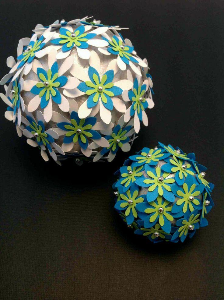 Sølvkugler med blomster i hvid, turkis og limegrøn og sølvperler. Se mere på www.jannielehmann.dk