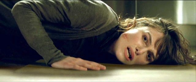 Μπαίνοντας μέσα αντικρίζει τον καθρέφτη της εισόδου σπασμένο και σταγόνες αίματος στο πάτωμα