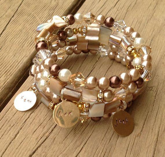 Ce Bracelet de perles Pearl est le plus beau cadeau, ou quelque chose pour vous gâter ! Doté de perles de verre perle en Côte dIvoire, moka et Latte parsemée de perles de coquillage de crème pour ce regard terreux. Également mélangées des Swarovski Crystals en clair et un moka profond qui vraiment capter la lumière. Aussi pour le bling amoureux sont de couleur or que brillant entretoises ont aussi minuscules cristaux qui chercher la lumière. Inclus dans ce prix sont trois métal or Tags de…