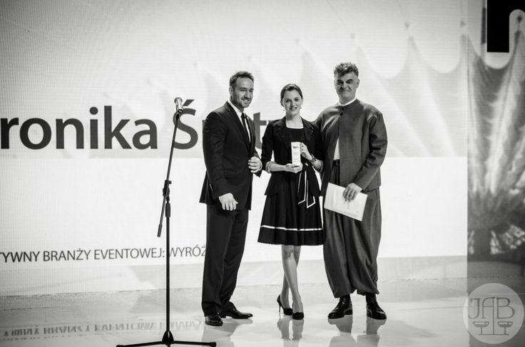 Weronika Śrutwa, laureatka wyróżnienia w konkursie Młody Kreatywny Branży Eventowej 2013, w asyście jurorów: Pawła Lewickiego (Kierunkowy 22) i Bogdana Wąsiela (Jet Events). 25 kwietnia 2014, MP Power Night, Stadion Narodowy w Warszawie.