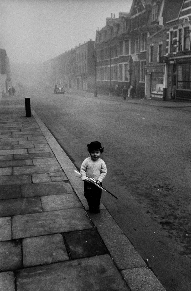 1958. Enfant le jour de Noël. Londres © Jean Mounicq / Roger-Viollet