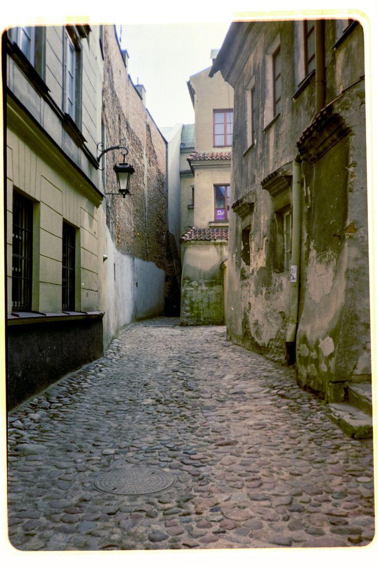 https://flic.kr/p/Utdrad | Ku Farze | Old Town., Lublin. Poland, March 2017  Konica C35 Automatic (Konica Hexanon 38mm 1:2.8), Kodak Color Plus 200.   Digitized with SONY A7R for preview quality.  Instagram: @alec.chernivtsi urban.photos