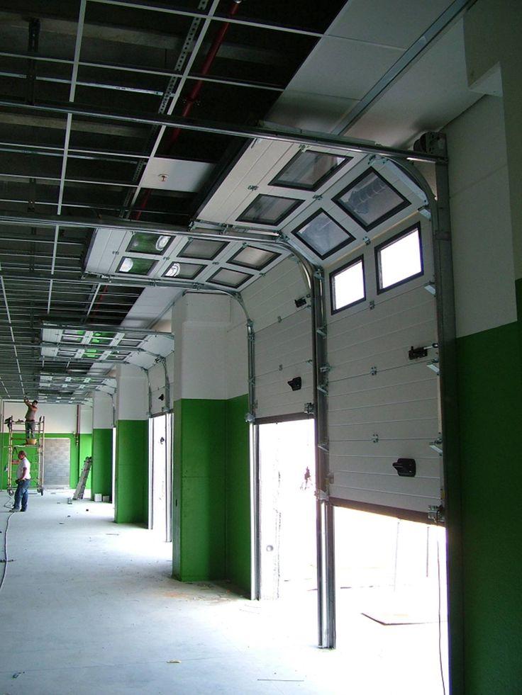 I portoni sezionali Iridium Doors si aprono verticalmente andando ad ingombrare spazi che non vengono mai utilizzati e lasciando invece libere tutte le zone di lavoro nelle immediate vicinanze.