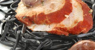 Pechuga de pavo con pasta negra salteada
