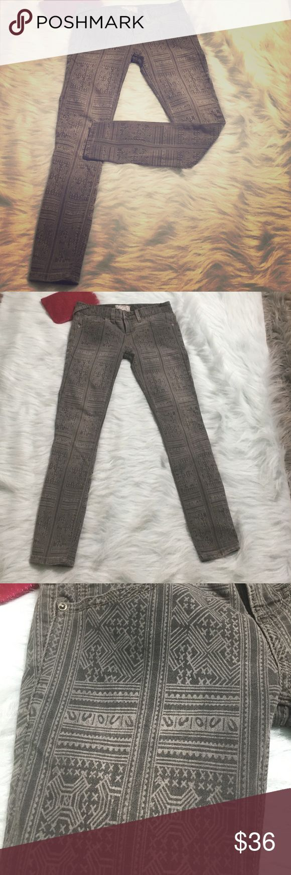 Free People Gray Geometric Skinny Jean Legging 24 Free People Grey Skinny Jeans/ Leggings Size 24 W. super sexy and trendy! 💋💖 Has small flaw, missing right front belt loop, barely noticeable and can be easily concealed! Happy shopping 😘 Free People Jeans Skinny