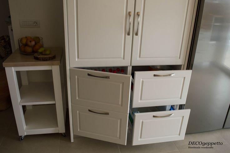 Λεπτομέρεια συρταριών και ντουλαπιού , στην κουζίνα νεοκλασικού ύφους