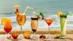 Drinks: Sex on the Beach, Caipiroska de Frutas Tropicais, Piña Colada, Cosmopolitan, Mojito. Um drink gelado é uma ótima opção para servir aos convidados ou mesmo para tomar no final de semana, sentado sob uma sombra, na praia ou à beira da piscina.