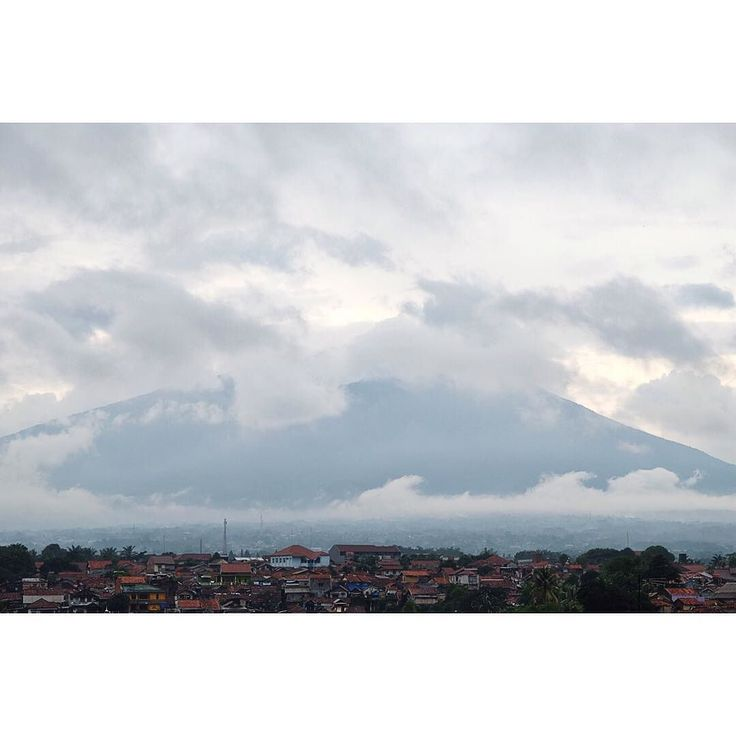 Beautiful Gunung Salak covered with clouds  #artisick #allshots_ #vscocam #vsco #liveauthentic #livefolksindonesia #exploreindonesia #gunungsalak #travelindonesia #fujinon #landscape #landscape_captures #gf_daily #enjoyindonesia by jcmailool