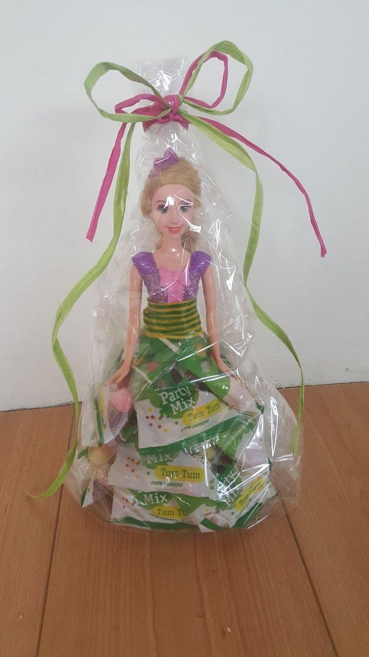 Een jurk van snoep voor barbie. Als cadeau voor een meisje