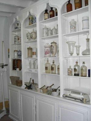 Botica antigua. Colección de Farmacia @DiSalud Grupo (Farmacia+DiSalud Te Cuida, s.l.) Grupo (Farmacia+DiSalud Te Cuida, s.l.), Via: http://www.museodeartesbegijar.com