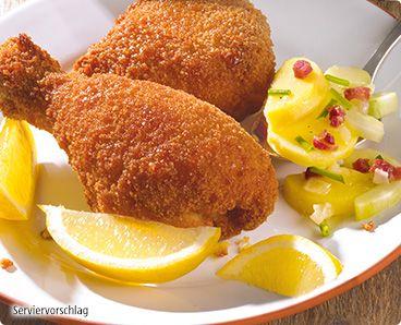Rezept: Knuspriges Backhendl mit selbstgemachtem Kartoffelsalat