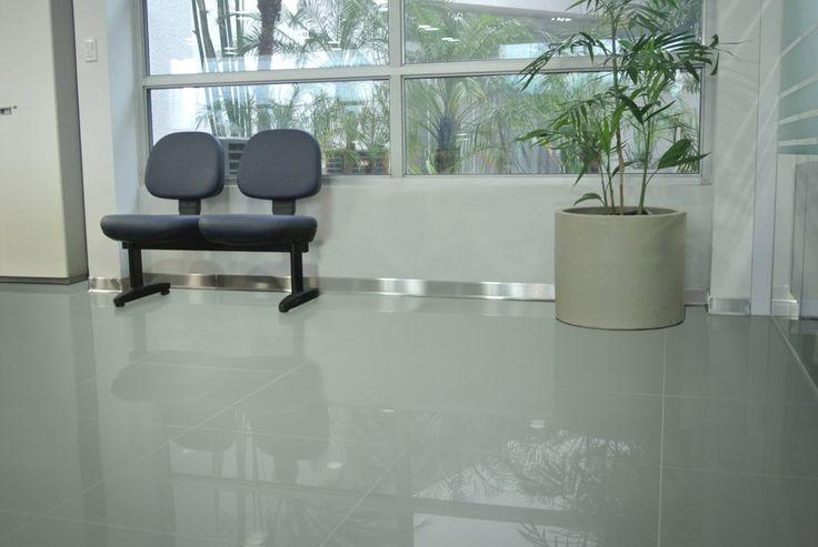 Zócalo Slim de acero inoxidable de gran resistencia a golpes y daños. Ideal para oficinas comerciales y salas de espera.