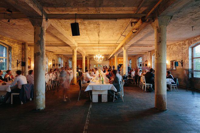 Elegant-urbane Hochzeitsfeier in Alter Teppichfabrik Berlin Friedrichshain © Hochzeitsfotograf Berlin www.hochzeitslicht.de