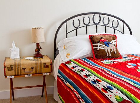 Love the horseshoes on the headboard...I think you could weld those on to a simple metal head board.