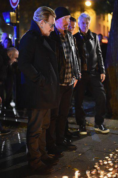 U2 rinde homenaje a las víctimas del atentado terrorista en París acudiendo al memorial cercano a la sala Bataclan