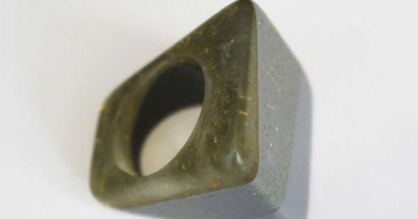 Poderoso anillo cuadrado de resina y glitter en tonos grises.  Autor: SolRojo Colección: Resina Materiales: Resina y glitter Dimensiones: Talla 19… | Pinterest