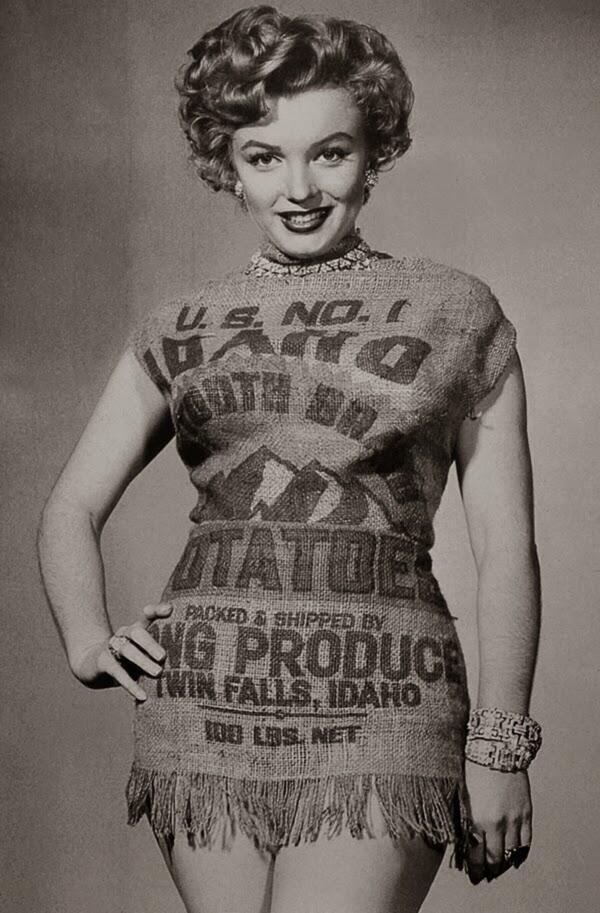 É o que eu sempre falo, divina até vestida num saco de  batatas !!!Marilyn Monroe and the Potato Sack Dress, c.1951.