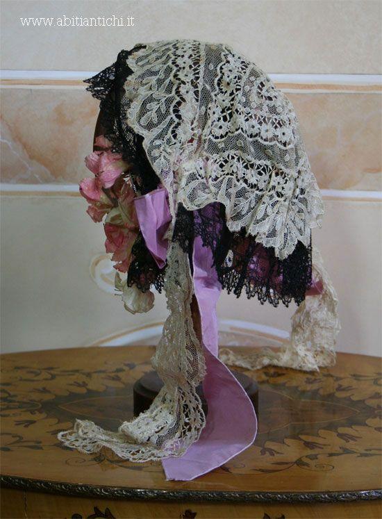 Cuffia da sposa in merletto bianco e nero, con fiori di tessuto, nastri di taffetas e anima in filo metallico 1862 Abiti Antichi- cappello 65
