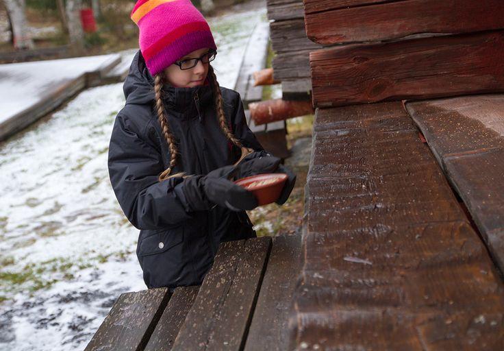 Suomalaisessa kansanperinteessä tontuilla on taattu paikka. Tontut asuivat yleensä riihissä, saunoissa, talleissa ja navetoissa. Ne suorittivat pieniä palveluksia ja hyviä töitä talon parhaaksi. Tonttuja muistettiin joulunaikaan puurolla, joka vietiin esimerkiksi talliin. Siten haluttiin palkita niitten vuodenmittaan suorittamat hyvät työt, talon ja karjan onneksi. 1. joulukuuta, Turkansaaren ulkomuseo, Oulu (Finland)