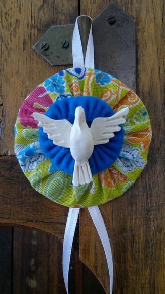 Mandala de tecido e resina. Várias combinações de cores, de acordo com a disponibilidade de tecido. Ideal para presentear, decorar ou como lembrança para batizado, nascimento e bodas.  A pomba é o símbolo do Espírito de DEUS.  Com AMOR E LUZ! R$12,00