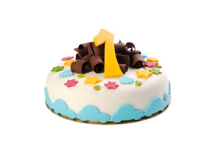 Dětský dort č.2 Dětský dort obalovaný fondánem, dozdobený fondánovými hvězdičkami a hoblinkami z čokolády.