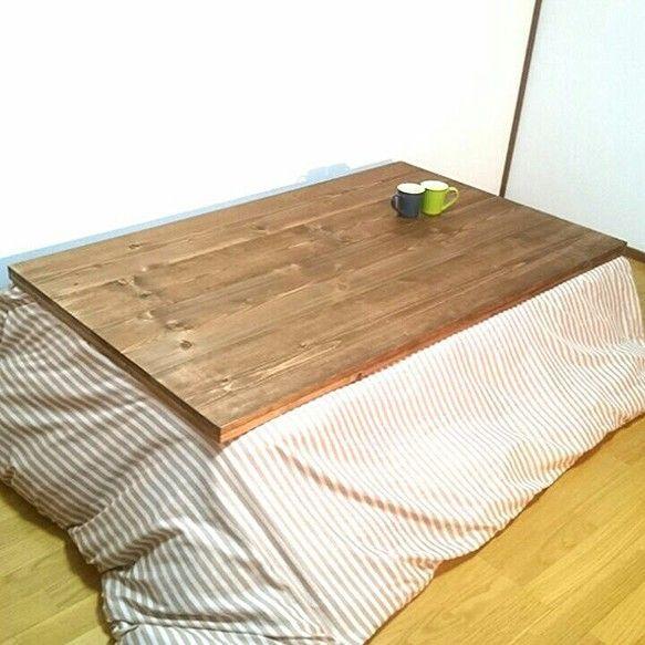 ☆天板には天然無垢材を使用しておりまして、木目が生きております!☆コタツ本体は檜を使っております。☆暖かな時期にはローテーブルとして使用可能ですので、オールシーズンお使いになられます!☆コタツ布団を使わない時期に対しまして、天板を固定しますズレ防止ボルトを標準装備致しております!☆塗料はイギリス製のオイル&ワックスを使用。☆サイズ等は変更可能ですので、お気軽にお申し付けくださいませ!☆製作時期などのお知らせがございますので、プロフィールの方をご覧下さいませ。*******************〇画像サイズ:幅1200×奥行700×高さ350〇色:ダークウォールナット(オイルフィニッシュ)〇木材:天板(天然無垢SPF材) :本体(檜材) ○コード収納スペース付き〇天板ズレ防止固定ボルト付き*******************☆オーダーを多数致しております場合、お届け迄にお時間を頂くことがございます。☆ご連絡、お問い合わせお待ち致しております。テーブル、ローテーブル、ダイニングテーブル、シェルフ、カウンター、食器棚、リビング、棚、ボックス、バンド...