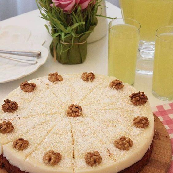 Hayatınızda yiyeceğiniz en güzel havuçlu kek tarifine hazırmısınız😂😍😍😍 Yumuşacık tarçınlı, cevizli, havuçlu bir kek, üzerinde nefisss bir krema😍👌🏻👌🏻 Birbirlerine uyumları şahane😍 Kek malzemeleri; 4 yumurta  1 su bardağı tozşeker  1 su bardağı sıvıyağ 2,5 su bardağı rendelenmiş havuç  2,5 su bardağı un  1 paket kabartma tozu 1 tatlı kaşığı tarçın  1 su bardağı dövülmüş ceviz  Kreması için; 1 litre süt  1 su bardağı tozşeker 3 yemek kaşığı un 2 yemek kaşığı nişasta  1 paket vanilin…