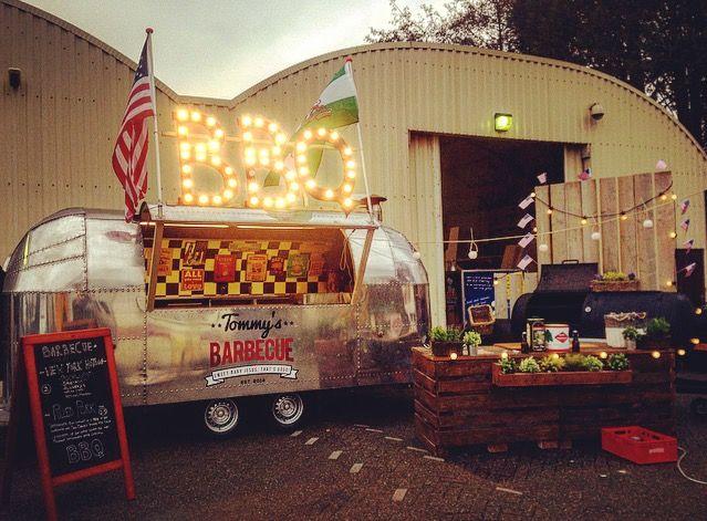 Foodtruck: Tommy's barbecue Tommy's Barbecue biedt middels een geweldige Airstream Foodtruck en een gigantische BBQ Smoker een ware Amerikaanse barbecue beleving aan. Met onze uitrusting zorgen wij voor een stoere, rustieke sfeer. Tommy's Barbecue werkt enkel en alleen met 100% hout en houtskool gestookte barbecues en smokers. Bij ieder event, bruiloft, partij of festival stellen [...]