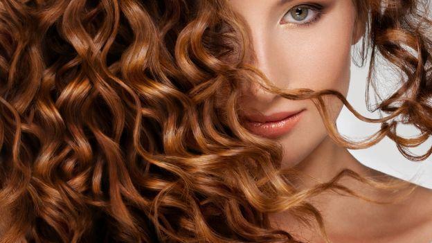 Acconciatura elegante per capelli ricci in pochi passi