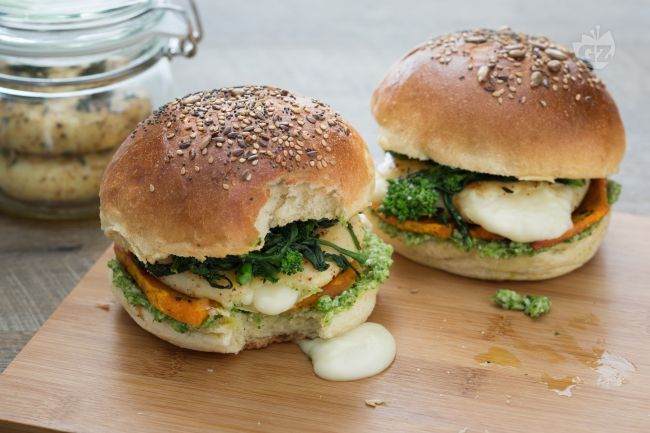 Il tomino burger è una gustosa versione vegetariana del tradizionale hamburger, farcito con verdure e formaggio filante.
