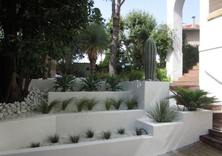 comment aménager son jardin avec des galets décoratifs, du gravier concassé, des jeunes arbres et des graminées ornementales