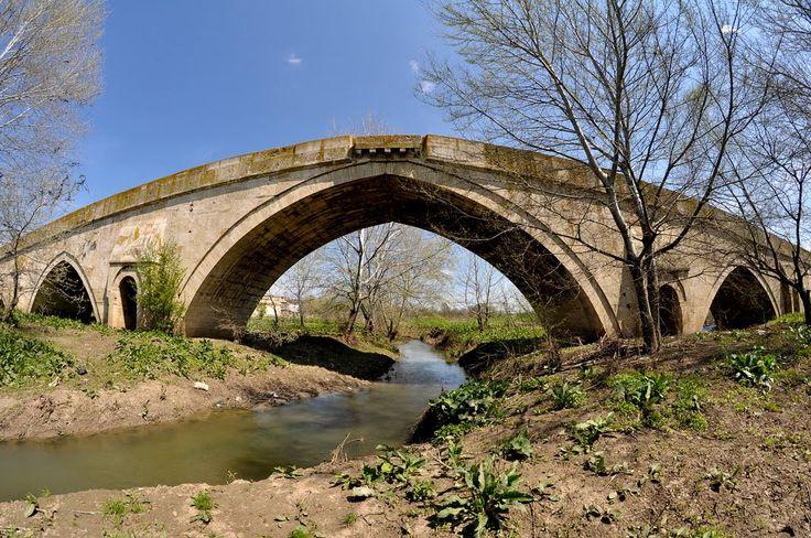 Alpullu(Sinanlı) köprüsü/Kırklareli/// 16. yy. ortalarında Sokullu döneminde yapılmıştır. Mimar Koca Sinan'ın en muhteşem abide köprüs üdür. Sivri kemerlidir. Koca Sinan, bu büyük kemeri teşkil eden 76 cm.lik çevre taşlarını da tek taş olarak kullanmıştır. Bu genişlikte kemer taşına hiçbir köprüde rastlanmaz. Bu taşların boyları 2,5 metreyi bulmaktadır. Korniş profili aynı olup, korkuluk taşı ile dış yüzleri birleştirilmiştir.