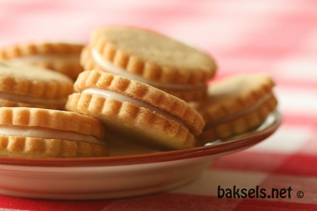 baksels.net | Simpele koekjes met vanillevulling http://www.baksels.net/post/2013/08/23/koekjes-met-vanillevulling.aspx