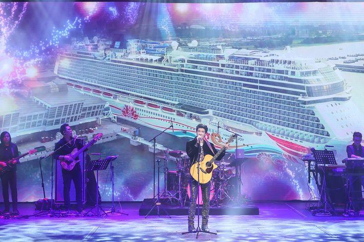Heute fand in Shanghai die offizielle Taufe der Norwegian Joy statt. Taufpate der Norwegian Joy war der Singer-Songwriter, Plattenproduzent, Schauspieler und Filmregisseur Wang Leehom.  #Kreuzfahrt #Kreuzfahrten #myncl #ncl #norwegiancruiseline #NorwegianCruiseLineHoldings #norwegianjoy #Shanghai #TaufeNorwegianJoy #cruise #kreuzfahrtschiff @cruisenorwegian @norwegiancruiseline