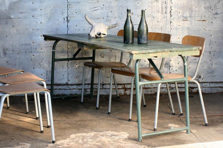 industrieel vintage legertafels  Zwaar solide metalen klapframe en houten blad  Afmetingen: 180 cm lang, 70 cm diep en 75 cm hoog.  €150,-/stuk (gecontroleerd / gerepareerd, niet geschilderd).  € 175,-/stuk (gecontroleerd / gerepareerd, strakkere exemplaren of geschilderd).