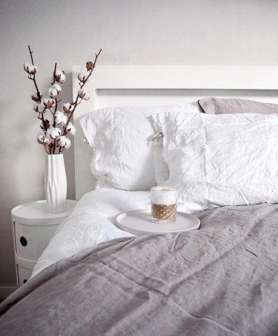 Pehmeät pellavalakanat luovat ihanan tunnelman makuuhuoneeseen, jonka sängyn vierestä löytyy tyyliin sopiva Kartell Componibili säilytyskaluste