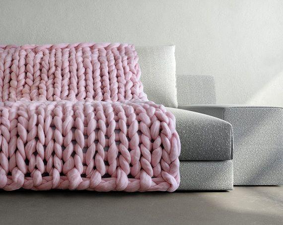 Estas mantas tejidas gigantes son la respuesta a tus plegarias de invierno