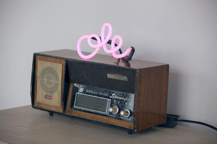 Radio retro con Neon Ole