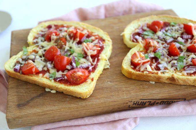 Heb je nog een paar oude boterhammen liggen? Gooi ze dan niet weg maar maak bijvoorbeeld deze super lekkere en simpele pizza toast/broodjes.
