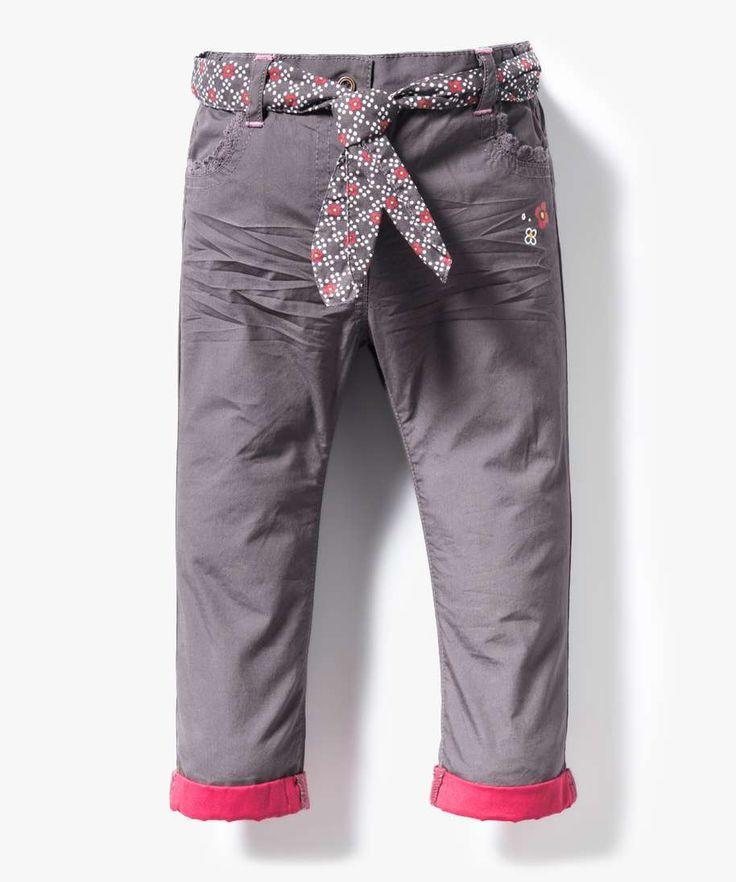 <p>Du marron.. du framboise... ce mixe de couleurs nous évoque les années 70 ! Ajoutez une ceinture fleurie à ce pantalon, il devient un véritable must-have.</p> <p>Pantalon en toile bébé fille. Revers contrastants. 2 poches avant décorées de dentelle. Effet légèrement froissé aux cuisses. Motifs fleurs. Ceinture à motifs fleurs nouée autour de la taille. Bouton-pression et élastiques intérieurs. </p>