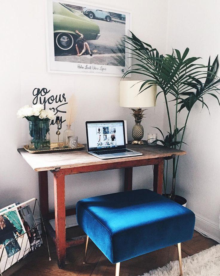 Der Allie Fußhocker in Velour Petro und Messing Beine am Arbeitsplatz von @josefinsoso #danishdesign #furniture #scandinaviandesign #interiordesign #furnituredesign #nordicinspiration #retrostyle #blue #Pouf #Samt #Velours